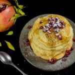 Pancake con burro di arachidi e melagrana