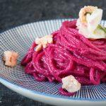 Spaghetti con crema di barbabietola rossa e calamari