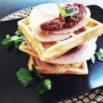Waffles salati con fesa di tacchino e pomodori secchi