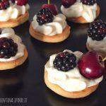 Tartine dolci con camy cream, more e ciliegie